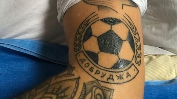 Юноша на Левски си татуира емблемата на Добруджа