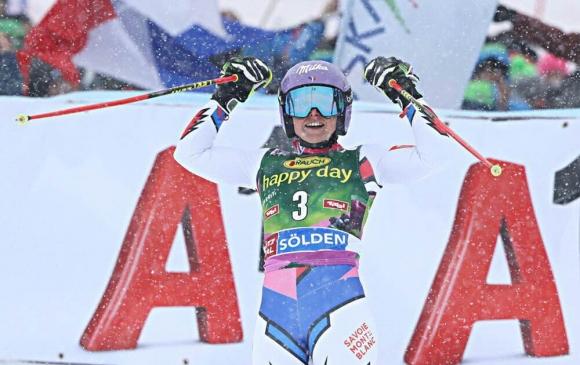 Теса Уорли триумфира в първото състезание за сезона от Световната купа