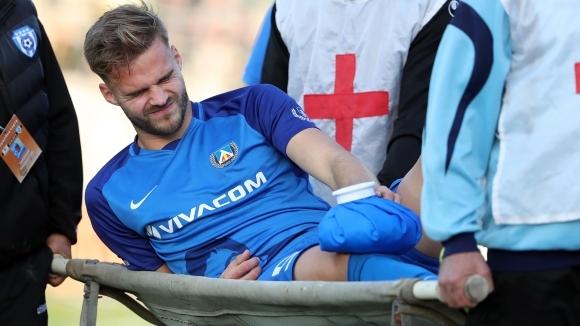 Двоен удар срещу Левски: двама титуляри напуснаха с травми, единият потегли към болницата