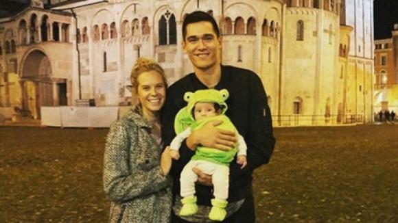 Мика Кристенсън показа за първи път новородения си син