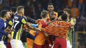 Екшън, масов бой и три червени картона след дербито на Турция