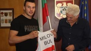 Световният вицешампион по борба Кирил Милов с уникален подарък за кмета на Дупница (снимки)