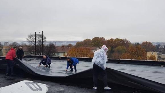 "Волейболистите на Арда ремонтират сами покрива на зала ""Арпезос"" (снимки)"