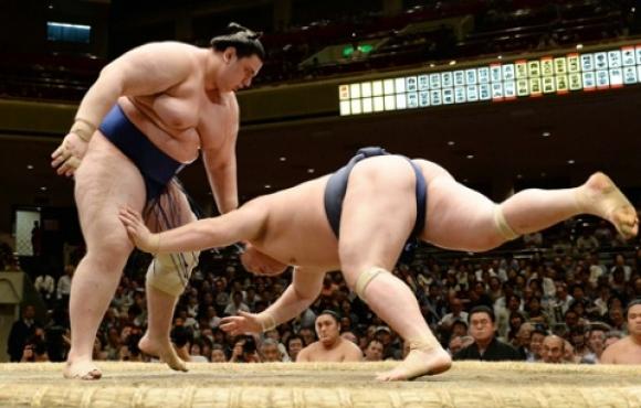 Аоияма постигна десета победа на турнира по сумо във Фукуока