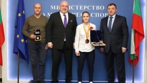 Министър Кралев връчи почетен плакет на бронзовата медалистка от Световното по карате Ивет Горанова