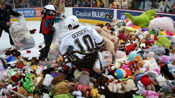 Хокейни фенове се включиха в благотворителна кауза с 34 798 играчки (видео)