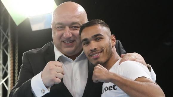 Министър Кралев награди победителя в категория до 56 кг Боян Асенов в Националната боксова лига