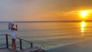 Футболна съпруга събира погледите на Малдивите