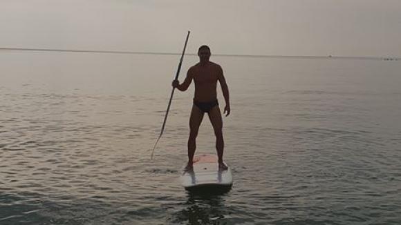 Владо Николов посрещна Нова година на сърф (снимки)