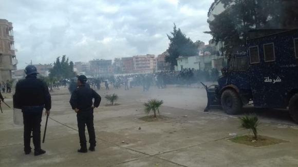 Камъни, бомби и над 60 ранени на дерби в Алжир