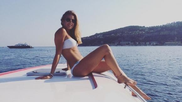 Тя е горещата муза на нова звезда във Формула 1 (снимки)
