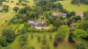 Бивш английски национал се шири в имот за 4 млн. паунда с водопад (снимки)