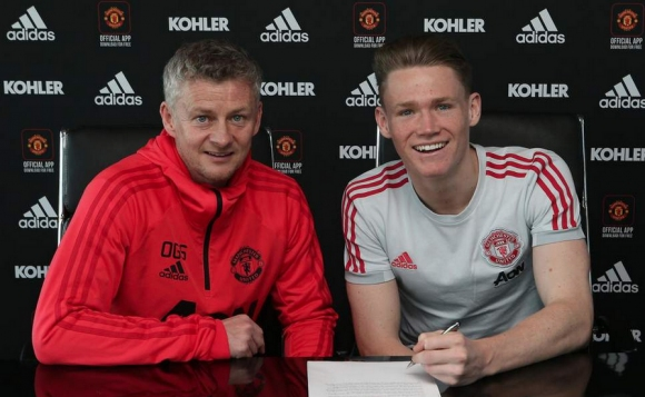 Талант подписа нов договор с Манчестър Юнайтед