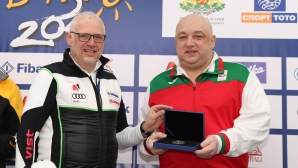 Министър Кралев с награда от организаторите на Световната купа по ски в Банско