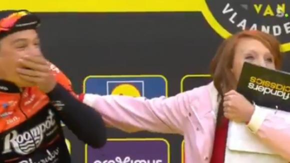"""Репортерка целуна колоездач в Белгия, нарекоха случката """"Синдромът Пулев"""""""