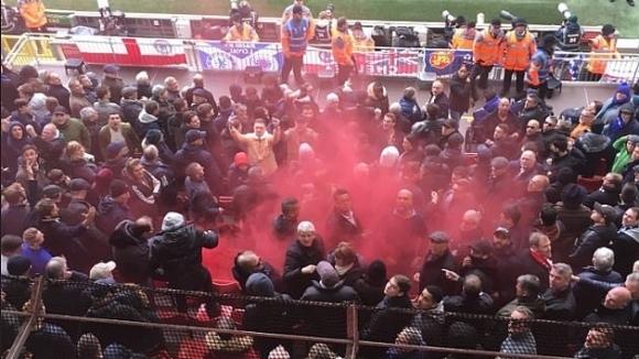 Дете пострада от димка на Ливърпул - Челси