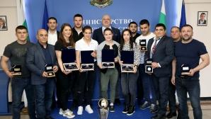 Красен Кралев връчи почетни плакети на медалистите от Европейското по борба