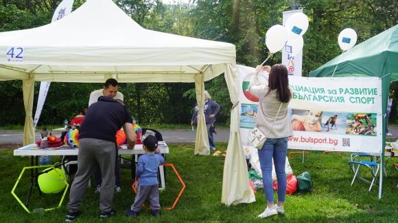 """За 11-а поредна година """"Фамилатлон"""" събра стотици семейства в Южния парк в столицата"""