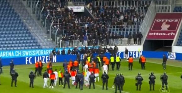 Фенове побесняха и прекратиха мач в Швейцария