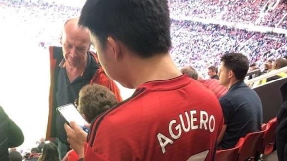 Странният случай на фена на Юнайтед, който разбуни духовете с фланелка на Агуеро