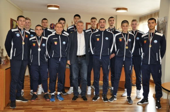 Шампионите от Пирин U20 с визита при кмета на Разлог