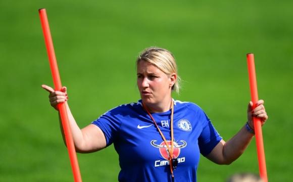 Вратите в женския футбол трябва да са по-малки, смята треньор на Челси