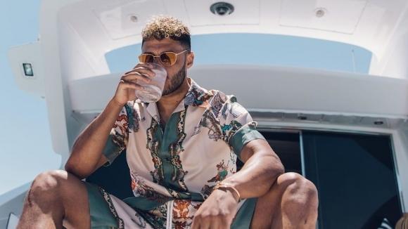 Играч на Ливърпул награби гаджето на яхта (снимки)