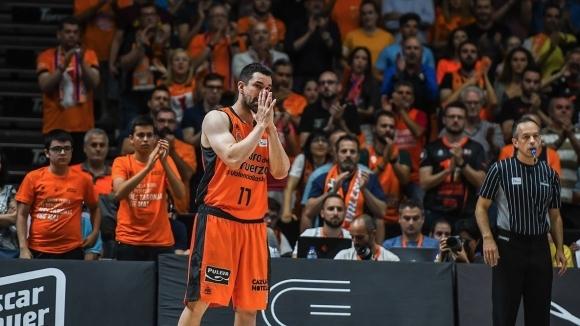 Капитанът на Валенсия се сбогува с клуба през сълзи (видео)