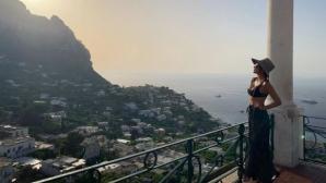 Никол показа горещо тяло в Италия