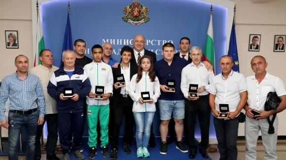 Министър Кралев награди медалистите от Европейското първенство по борба за кадети