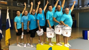 Бащи на гимнастички с невероятно изпълнение на обръчи (видео)