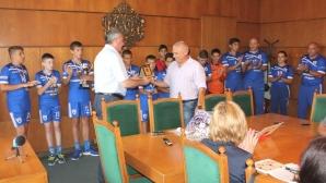 """Плакет на кмета на Плевен получиха юношите на хандбалния клуб """"Полюс - ТМ"""""""