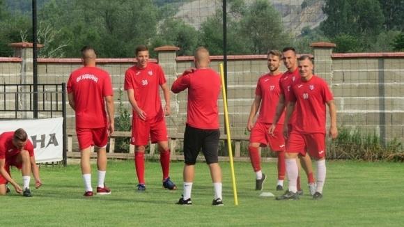 Кариана потегли с 18 футболисти за Радомир, ще нощува в Перник