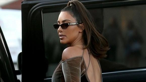 Ким Кардашиян се фука с чанта за 18 000 долара (снимки)