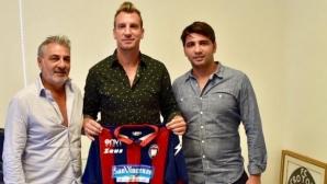 Вместо Десподов, Кротоне взе бивш играч на Барса и Милан