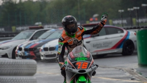 Moto3 пилот без драскотина след падане, но за мотора му не може да се каже същото (видео)