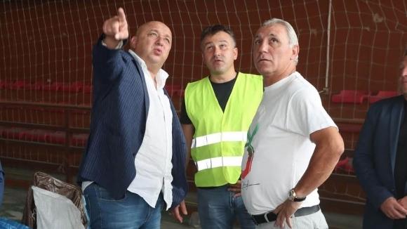 Министър Кралев и Христо Стоичков инспектираха спортна зала в Етрополе
