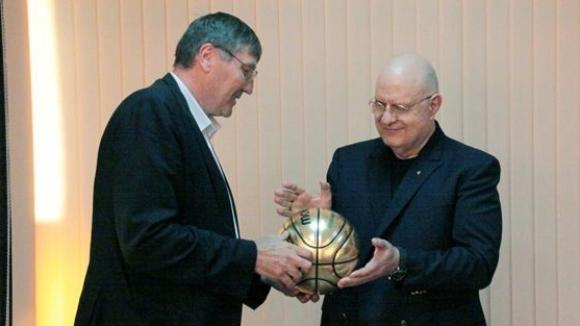 Георги Глушков дари Александър Александров със златна топка