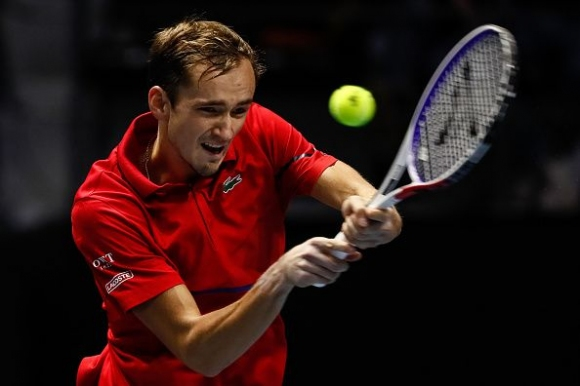Медведев се класира за полуфиналите в Санкт Петербург