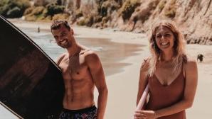 Седемкратна световна шампионка учи Гришо да кара сърф в Малибу (видео + снимки)