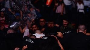 Шокиращ край на дербито Родригес – Стивънс, публиката в Мексико полудя (видео + снимки)