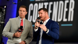 UFC коментатор се скри под масата от летящите бутилки (видео + снимки)