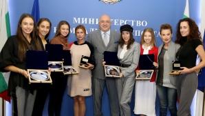 Министър Кралев награди медалистките от ансамбъла