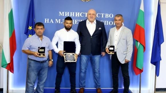 Кралев награди бронзовия медалист от Световното Божидар Андреев