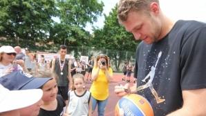 Везенков зарадва малчугани в Ботевград
