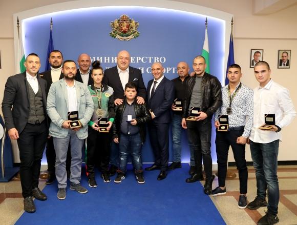 Министър Кралев награди медалистите от Световното по кикбокс
