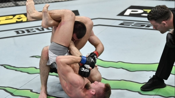 Братовчедът на Хабиб загуби бързо дебюта си в UFC