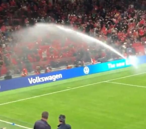 Окъпаха зрителите на новия стадион в Тирана