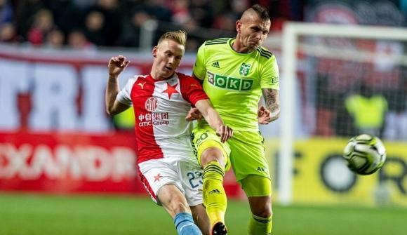 Стивън Петков с жълт картон за три минути игра срещу Славия (Прага)