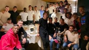 Реал Мадрид си направи предколедна вечеря, на Бейл му подариха стик за голф
